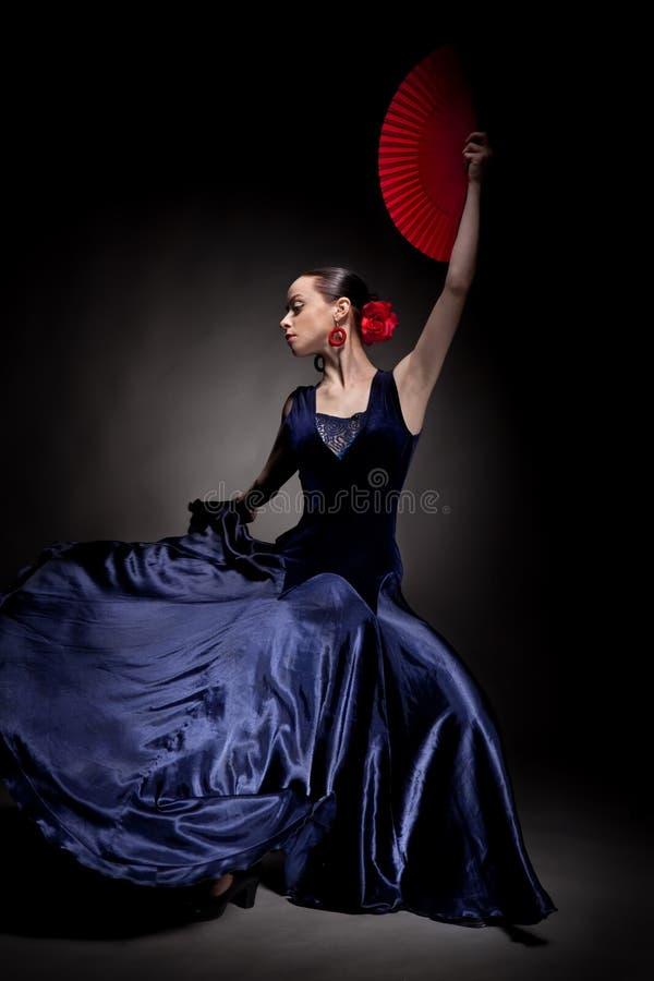 Het dansen van de vrouw flamenco op zwarte stock fotografie
