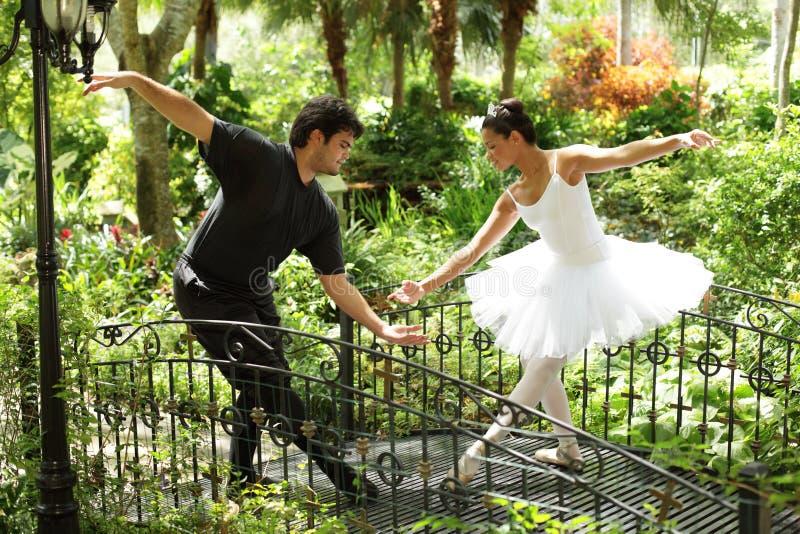 Het dansen van het paar ballet in het park stock afbeelding