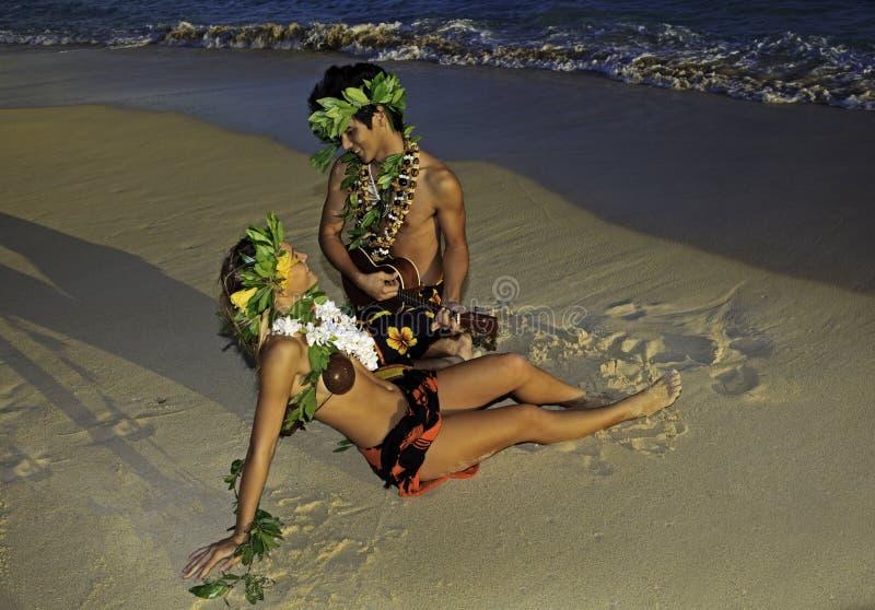 Het dansen van het paar hula royalty-vrije stock afbeeldingen