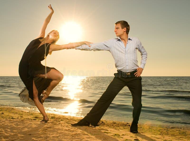 Het dansen van het paar tango