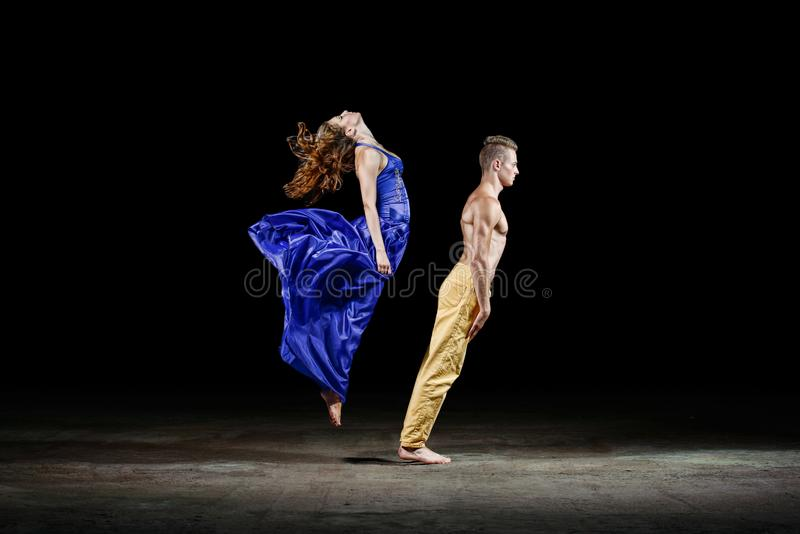 Het dansende paar in de duisternis, in dansbeweging stock fotografie