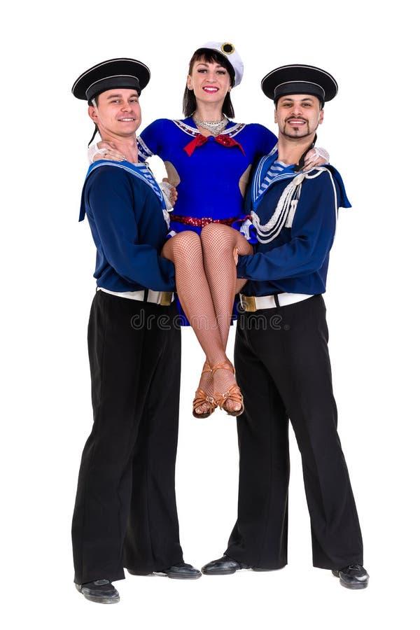 Het dansersteam kleedde als zeelieden die op stellen stock afbeeldingen