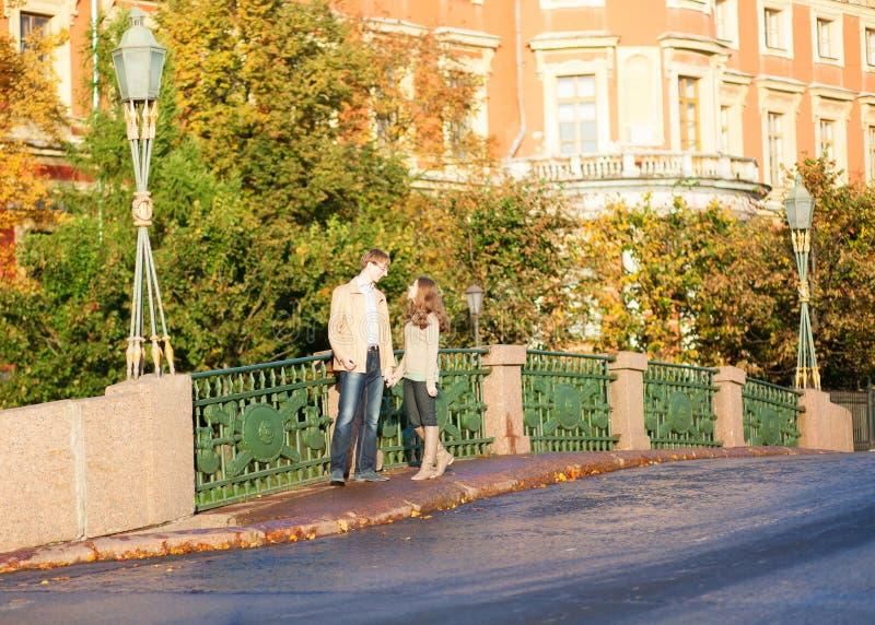 Het dateren van paar op een brug stock foto