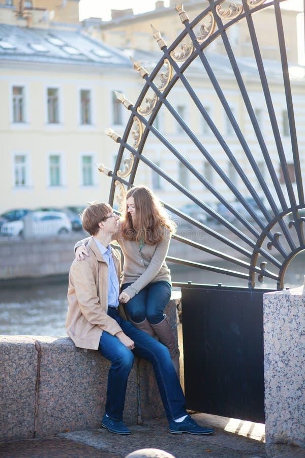 Het dateren van romantisch paar dichtbij de tuin van de Zomer stock afbeeldingen