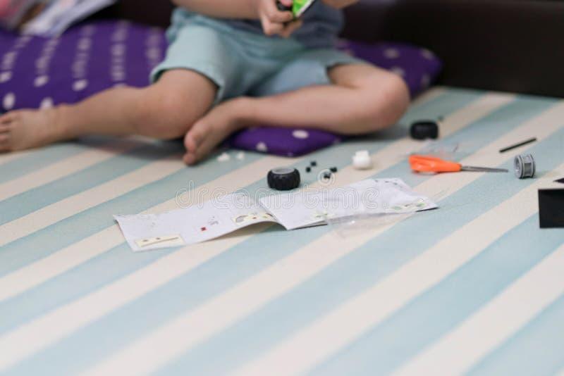 het de bakstenenstuk speelgoed van het kindspel volgt instructieboek royalty-vrije stock afbeeldingen
