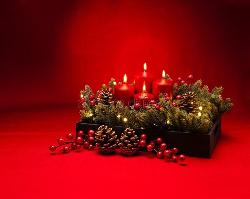 het 4de bloemstuk van de Komst rode kaars royalty-vrije stock foto's