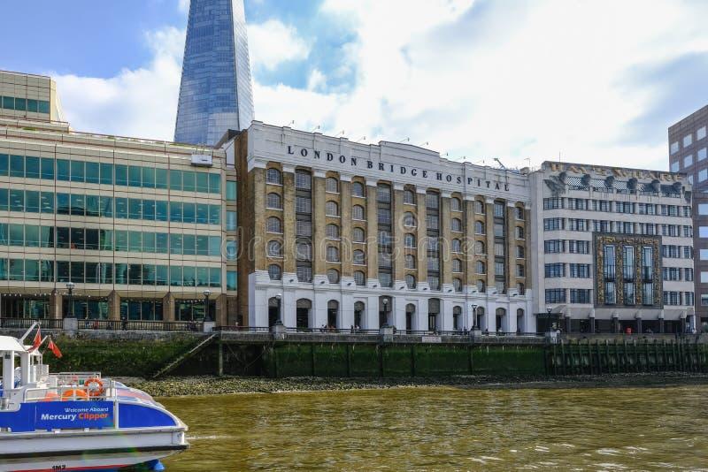 Het de Brugziekenhuis van Londen uit een boot op de rivier Theems wordt genomen die royalty-vrije stock foto's