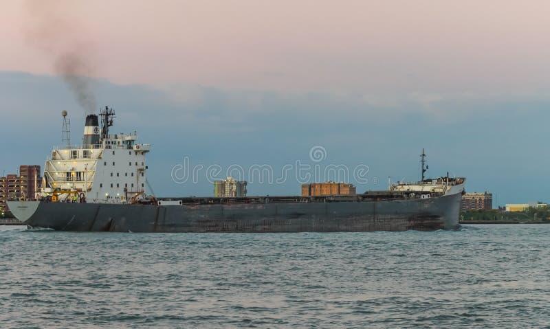 Het de Bulk-carrierschip van TECUMSEH op de Rivier van Detroit bij schemer stock afbeelding