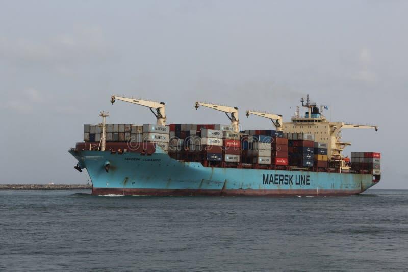 Het de containerschip van de Maersklijn gaat de haven van Lagos in royalty-vrije stock afbeeldingen
