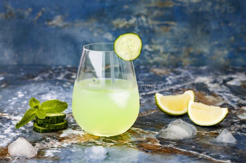 Het de fonkelende jenever en tonicum van de komkommermunt bruisen met aloë Vera op marmeren lijst De ruimte van het exemplaar stock fotografie