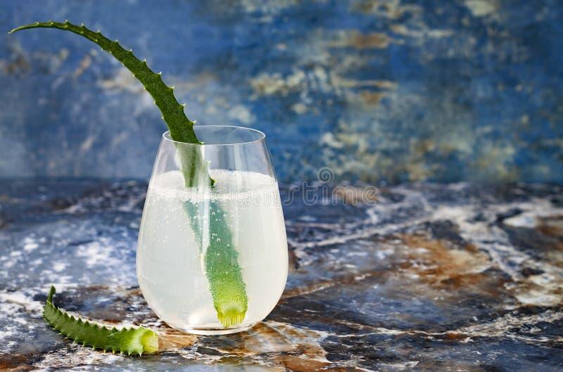 Het de fonkelende jenever en tonicum van de komkommermunt bruisen met aloë Vera op marmeren lijst De ruimte van het exemplaar De  royalty-vrije stock fotografie