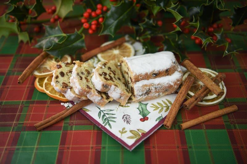 Het de fotografiebeeld van het Kerstmisvoedsel met stollen van de de pijpjes kaneelbesnoeiing van het cakebrood de hulstbladeren  royalty-vrije stock afbeeldingen
