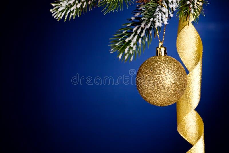 Het de gouden ballen en lint van Kerstmis royalty-vrije stock afbeelding
