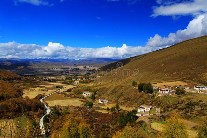 Het de herfstlandschap op de weg aan het Plateau van Qinghai Tibet stock foto's