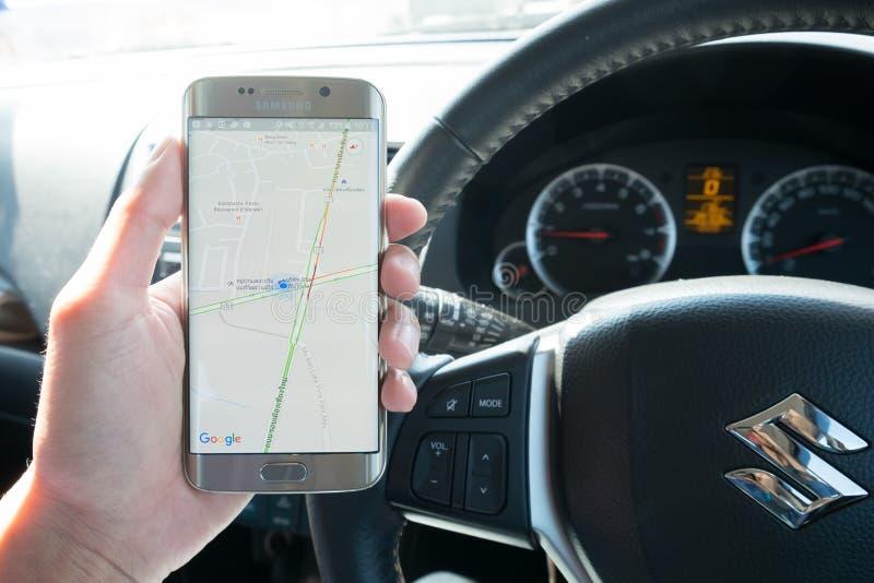 Het de holdingsscherm van de mensenhand van Google-kaart wordt geschoten die op de melkwegs6 rand die van Samsung tonen royalty-vrije stock foto's
