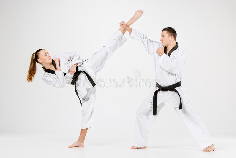 Het de karatemeisje en jongen met zwarte banden royalty-vrije stock foto's