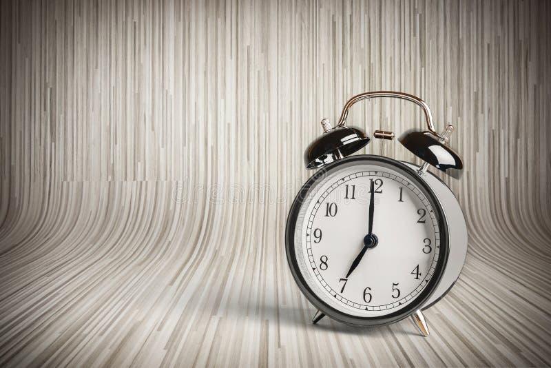 Het de klok van ` s zeven o ` reeds, tijd om voor ontbijt, uitstekende oude zwarte metaalwekker te ontwaken stock foto's