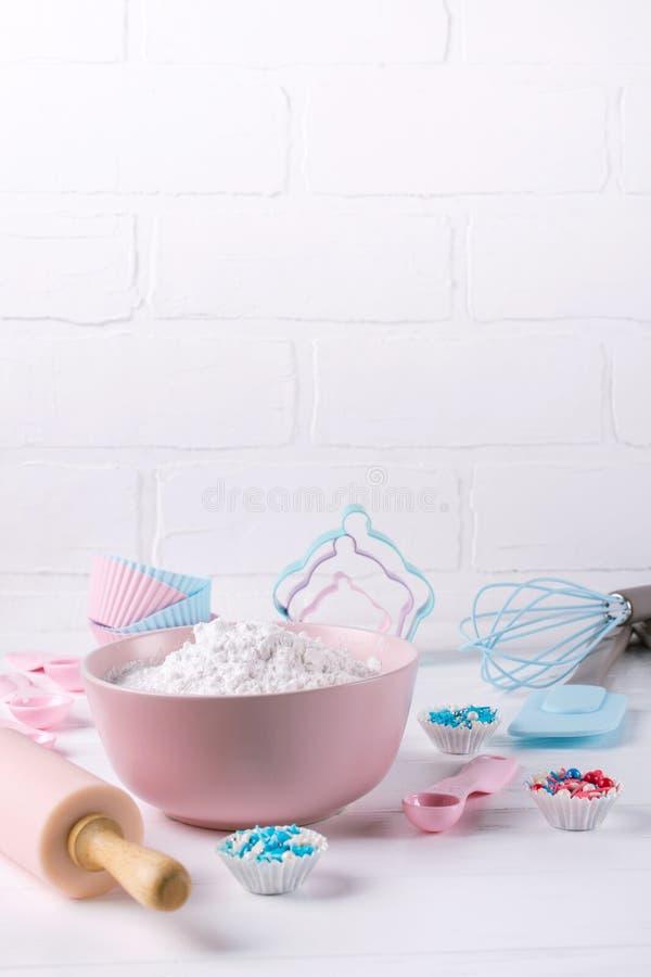 Het de kooktijd van ` s Bakselhulpmiddelen op witte lijst Van het achtergrond receptenboek concept royalty-vrije stock fotografie