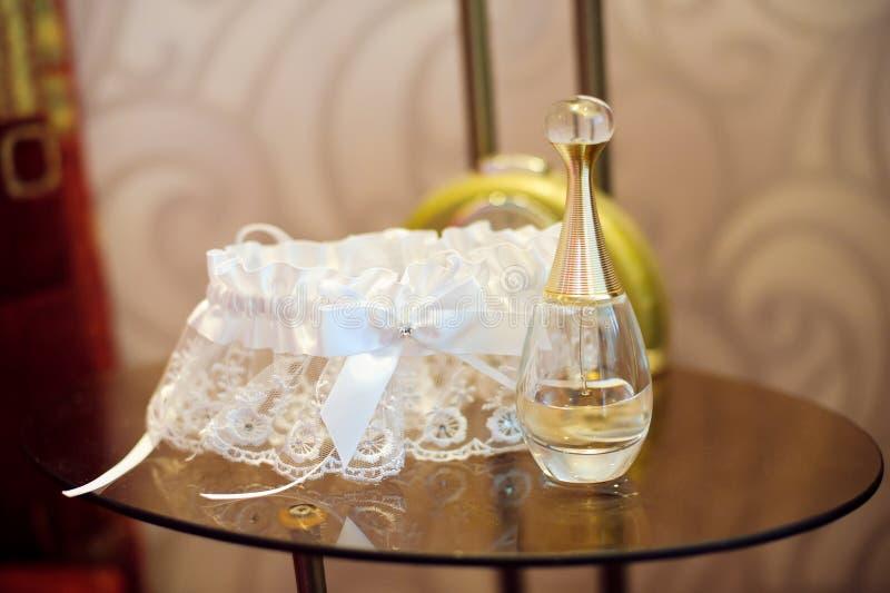 Het de kouseband en parfum van de bruid royalty-vrije stock afbeelding