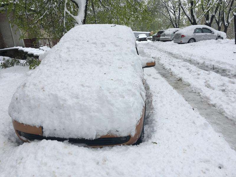 Het de lentelandschap met auto's plakte op de Dnipro-stadsstraat na krachtig sneeuwonweer ongebruikelijk als dit keer van het jaa royalty-vrije stock fotografie