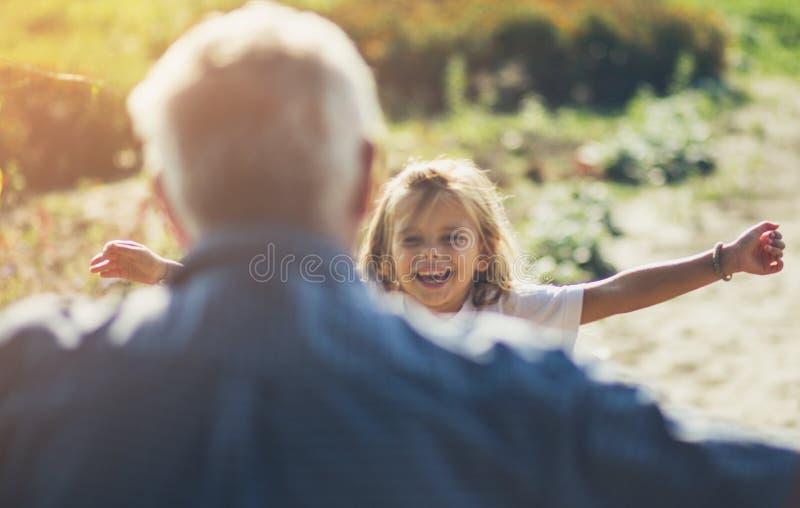 Het is de liefde van grootvader en kleindochter stock afbeelding
