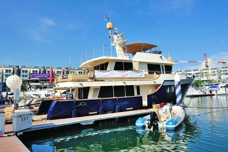 Het de luxejacht van Northrop Johnson bij Jacht toont stock afbeeldingen