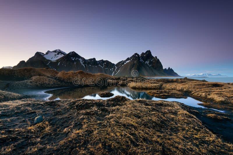 Het de magische Bergen en Strand van Vestrahorn in IJsland bij zonsopgang stock afbeelding
