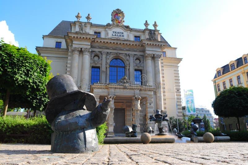 Het de Marionettentheater ook Teatr Lalek wordt van de Wrocław Marionet gevestigd bij het Theatervierkant met dwergbeeldhouwwerk royalty-vrije stock foto's