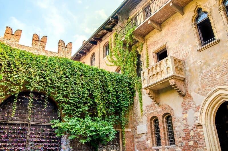 Het de originele die Charmeur en Juliet-balkon in Verona, Italië wordt gevestigd stock foto
