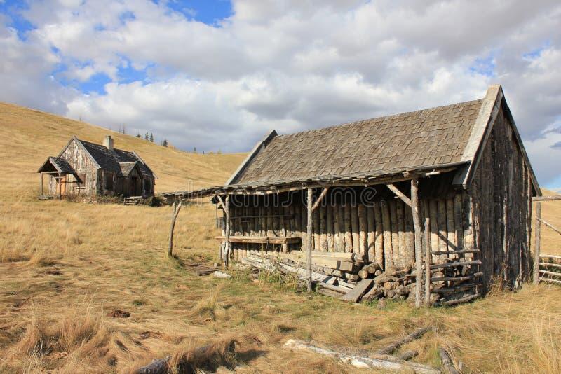 Het de oude Schuur en Huis van het Logboek met Hemel stock afbeeldingen