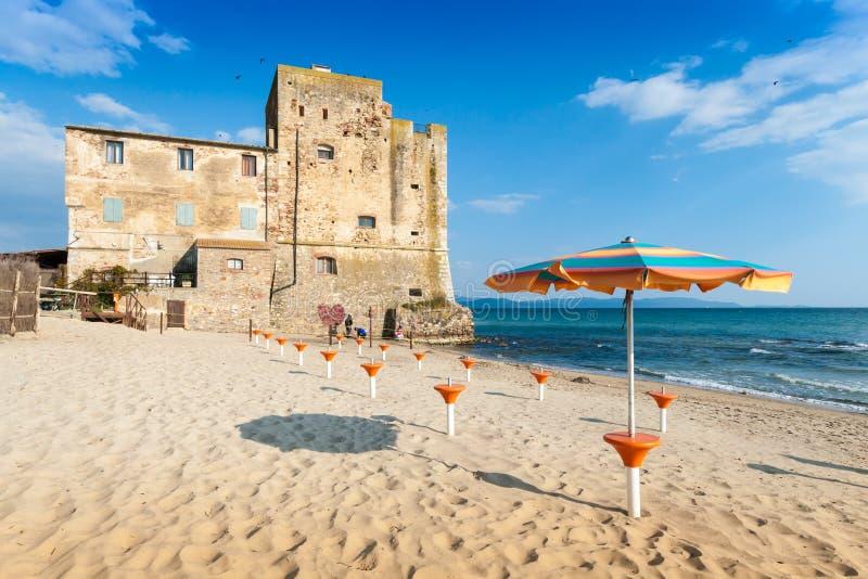 Het de oude toren en strand van Torremozza in Toscanië stock foto