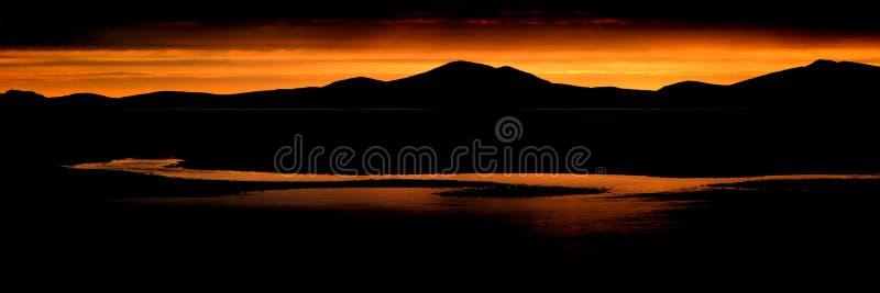 Het de overweldigende bergketen en strand van het panoramalandschap bij trillend stock afbeelding