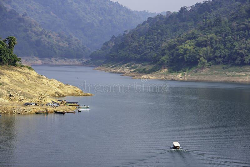 Het de pijlerpark van de toeristenboot op water in Khun Dan Prakan Chon Dam, Nakhon Nayok in Thailand royalty-vrije stock foto's