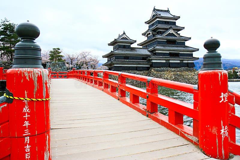 Het de Rode Houten Brug en Kasteel van Matsumoto royalty-vrije stock foto