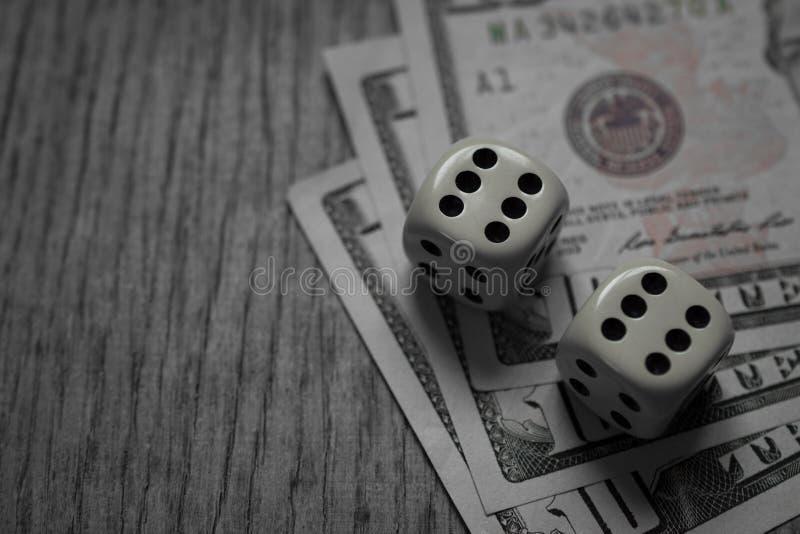 Het de tien Dollarsrekeningen en spel dobbelen royalty-vrije stock foto
