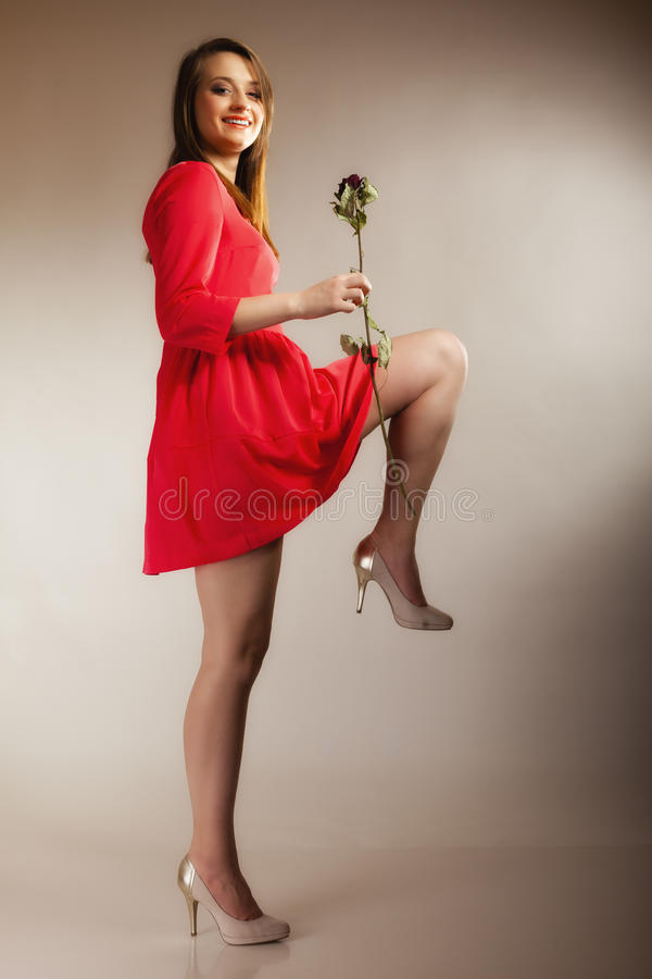 Het de tienermeisje van de maniervrouw in rode toga met droog nam toe royalty-vrije stock foto's