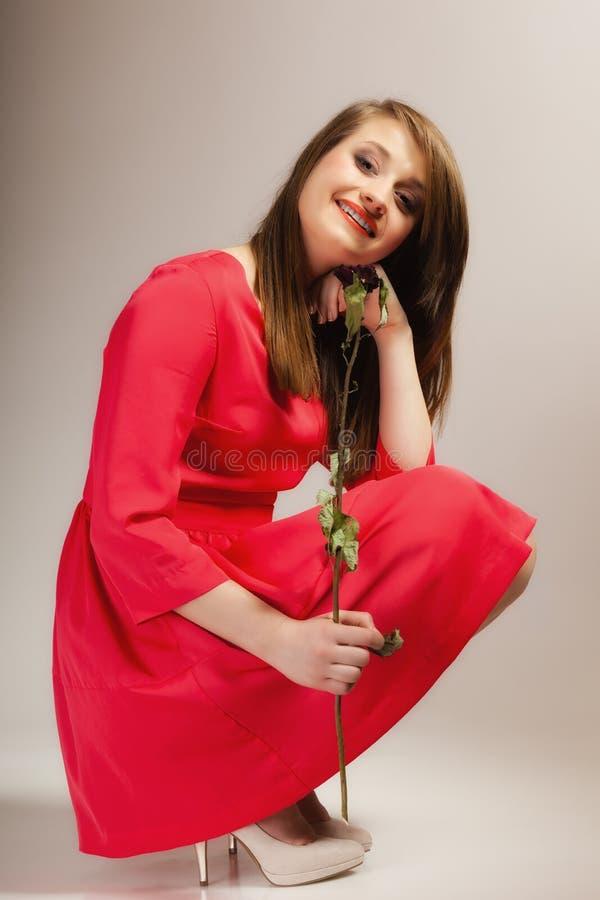 Het de tienermeisje van de maniervrouw in rode toga met droog nam toe royalty-vrije stock afbeelding