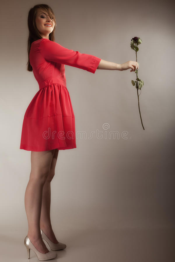 Het de tienermeisje van de maniervrouw in rode toga met droog nam toe royalty-vrije stock foto