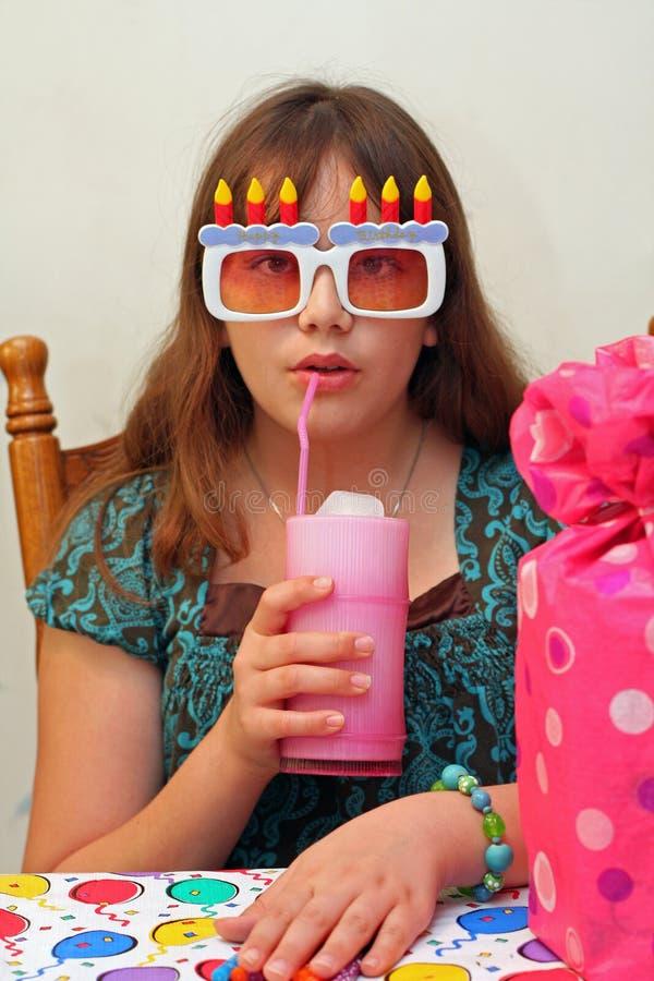 Het de tienermeisje van de verjaardag drinkt ijswater stock foto's