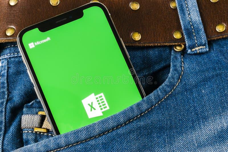 Het de toepassingspictogram van Microsoft Exel op Apple-iPhone X het schermclose-up in jeans in eigen zak steekt Microsoft-het pi royalty-vrije stock foto's