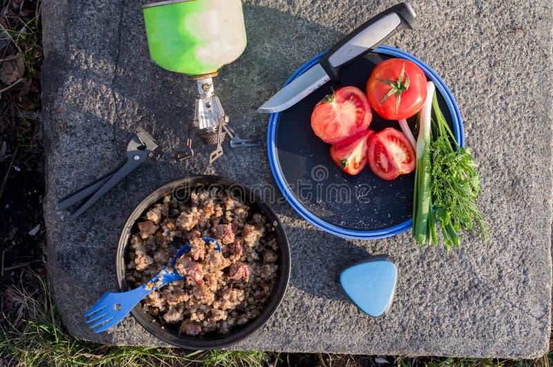 Het de Toeristenontbijt van de lunchtoerist versiert en groenten Havermoutpap en salade stock foto's