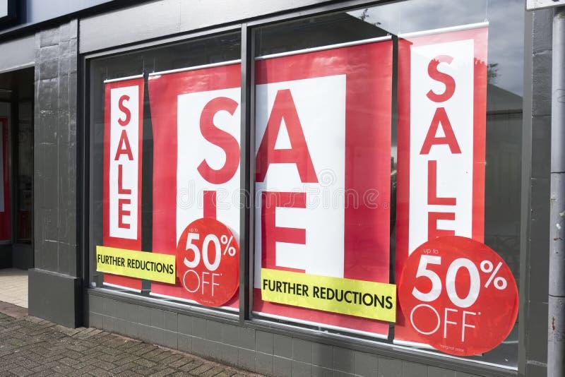 Het de Verkoopteken van het winkelvenster kleedt Rode Witte Banneropslag royalty-vrije stock fotografie