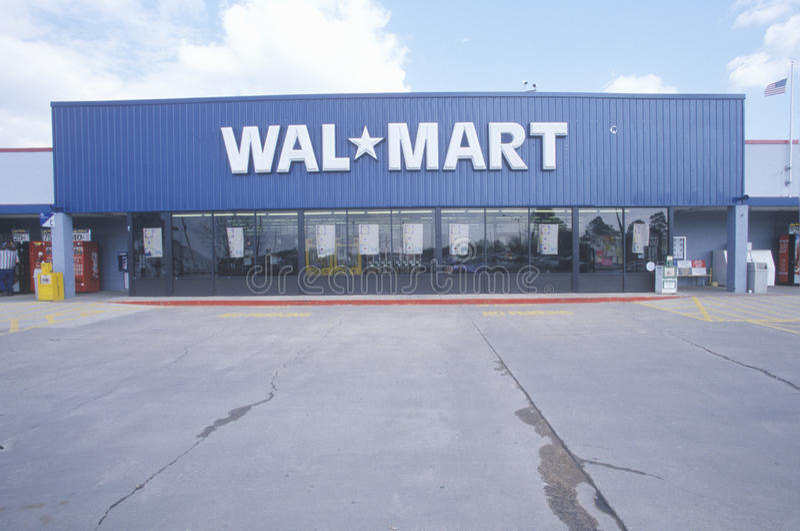 Het de vooringang en parkeerterrein van Wal * Mart Supercenter Store in Zuidoosten de V.S. royalty-vrije stock afbeelding