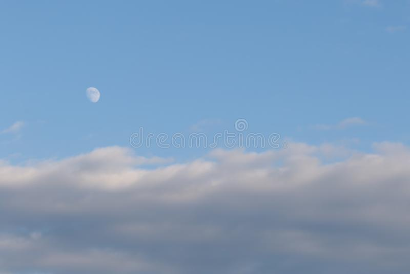 Het in de was zetten Gibbous Maanfase in Avond terwijl de Zon nog uit is royalty-vrije stock afbeeldingen