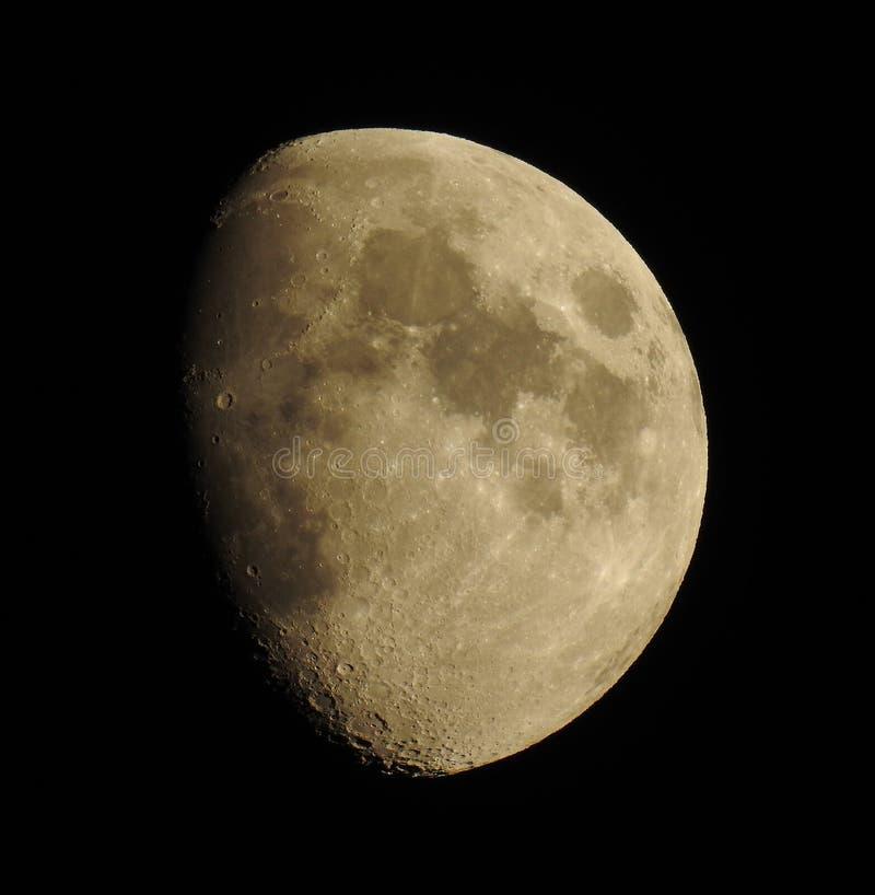 Het in de was zetten van gibbous maan in nachthemel stock afbeelding