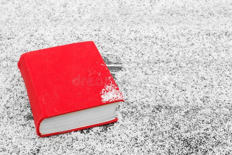 Het de Winter` s Verhaal Het boek op de lijst, met sneeuw wordt behandeld die royalty-vrije stock foto