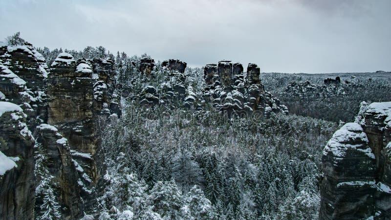 Het de winterlandschap van berg met rotsen en het bos in de winter van Bastei overbruggen in Elbe Zandsteenbergen, Saksisch natio royalty-vrije stock foto