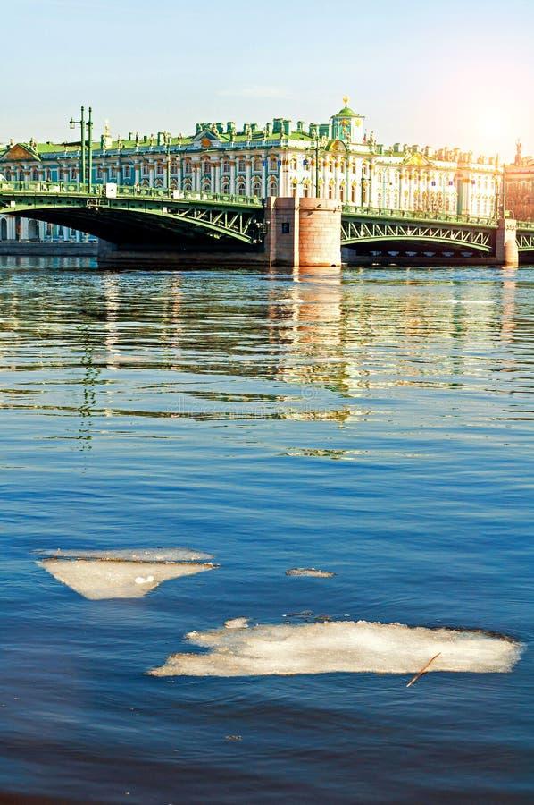 Het de winterpaleis op de dijk van Neva-rivier en het Paleis overbruggen in St. Petersburg, Rusland, het landschap van de de lent royalty-vrije stock afbeeldingen
