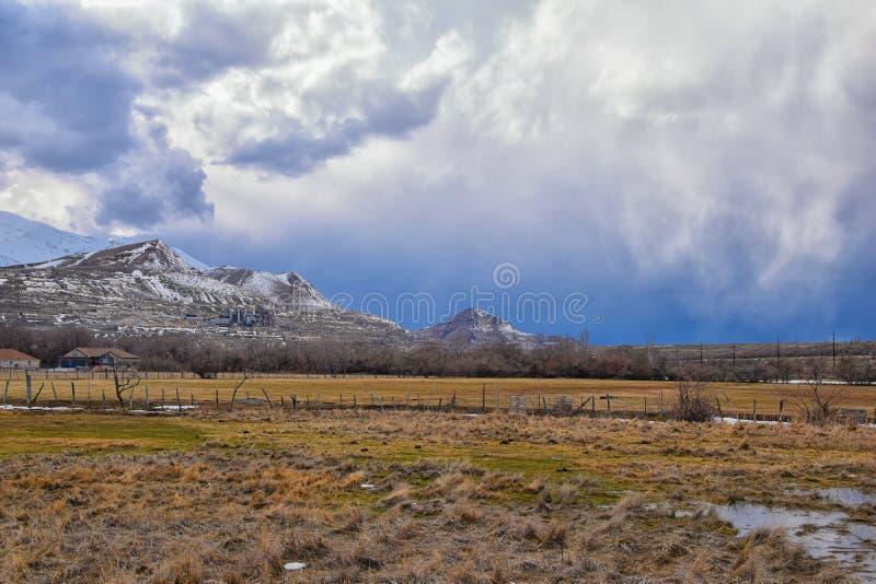 Het de winterpanorama van Oquirrh-afgedekte Bergketensneeuw, dat Bingham Canyon Mine of Kennecott-de Kopermijn omvat, kletste Th royalty-vrije stock fotografie