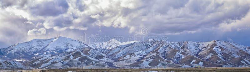 Het de winterpanorama van Oquirrh-afgedekte Bergketensneeuw, dat Bingham Canyon Mine of Kennecott-de Kopermijn omvat, kletste Th royalty-vrije stock afbeeldingen